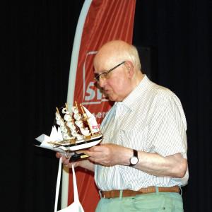 Horst Hahn überreicht Claudia Ellberg ein Miniatur-Segelschiff